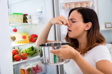 Brzydki zapach z lodówki? Dlaczego lodówka śmierdzi?