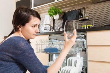 Czy zauważyłeś plamy na naczyniach ze zmywarki?