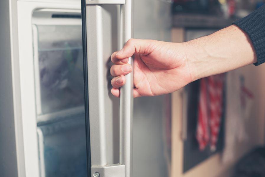 Dlaczego drzwi lodówki się nie domykają?