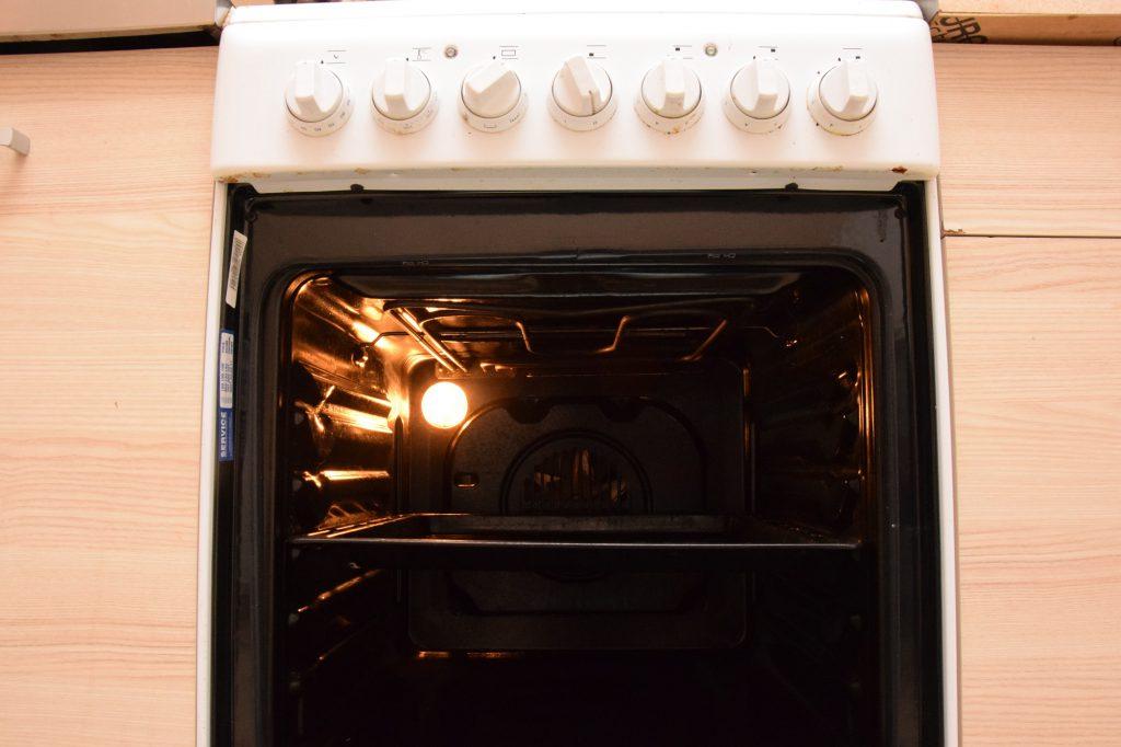 dlaczego kuchenka brzydko pachnie podczas pieczenia