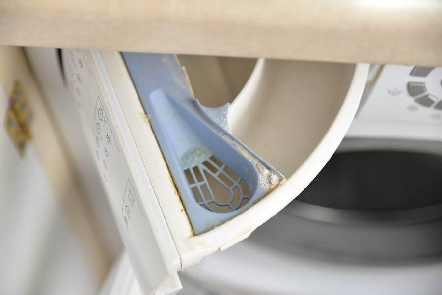 Woda w pojemniku na płyn w pralce – przyczyny