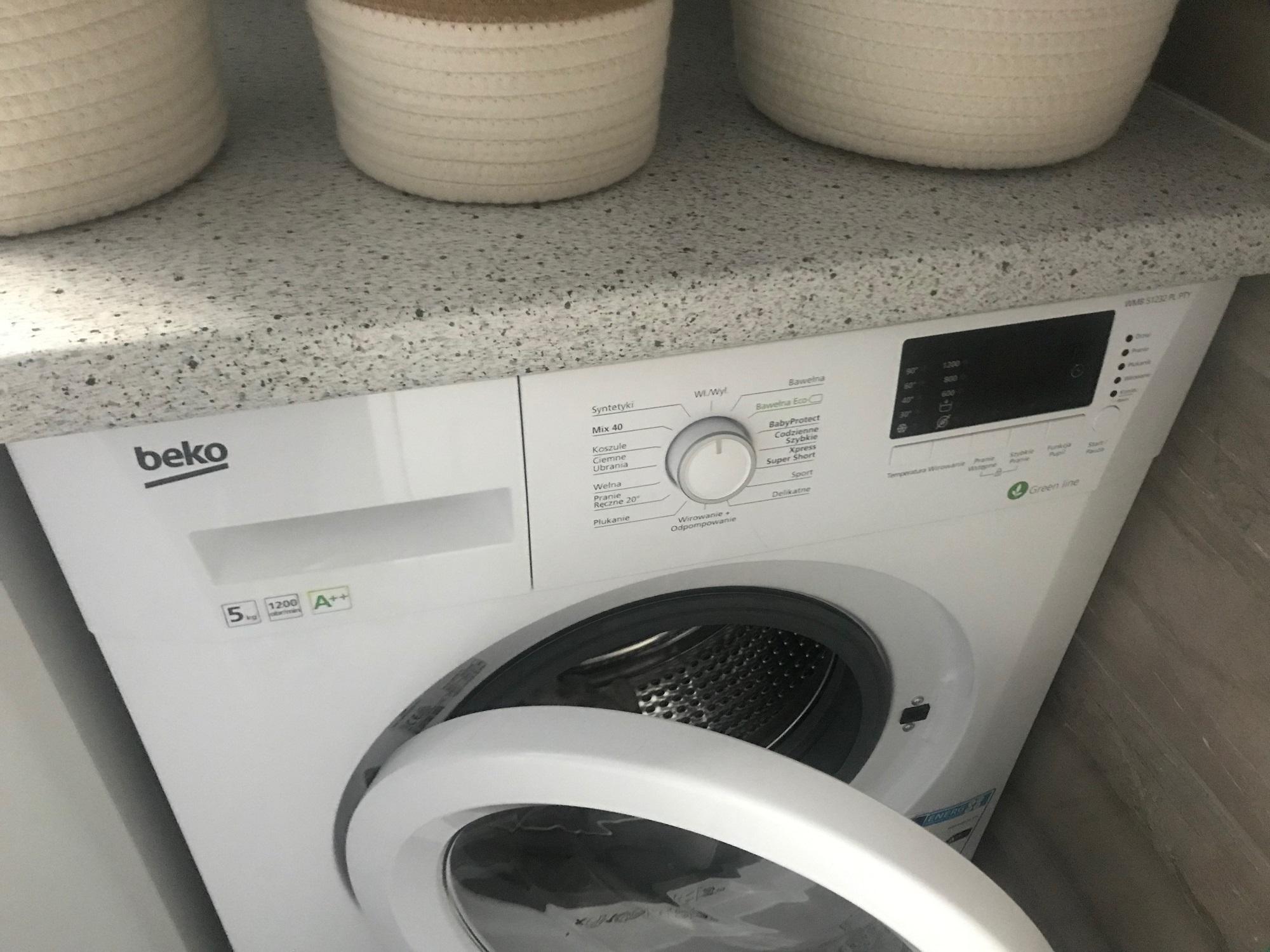 Dlaczego pralka kopie?