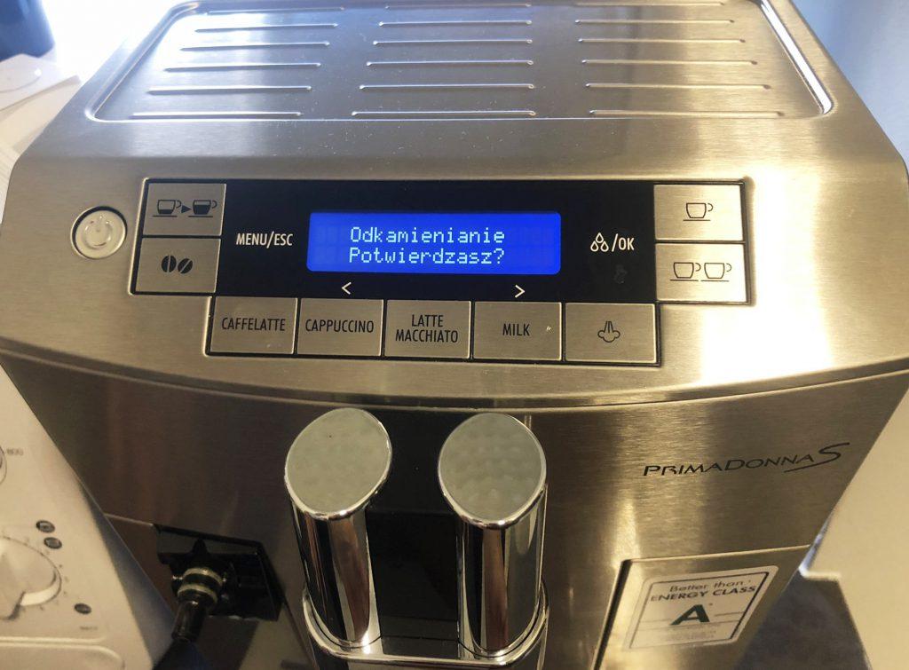 Jak odkamienić ekspres do kawy DeLonghi