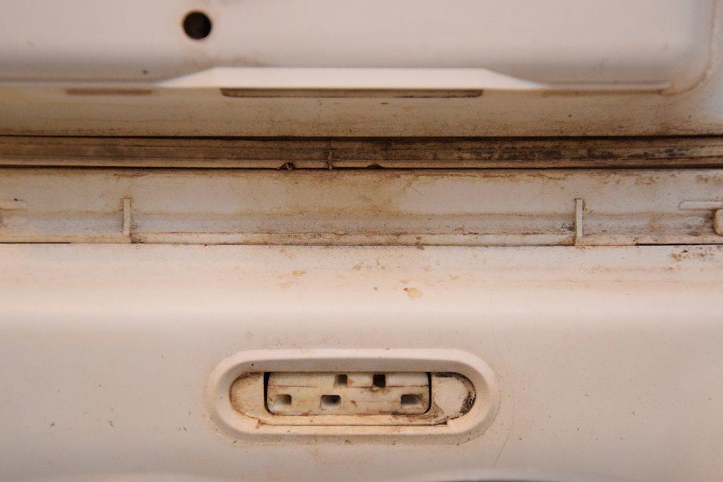 Skąd się bierze rdza na klapie pralki ładowanej od góry