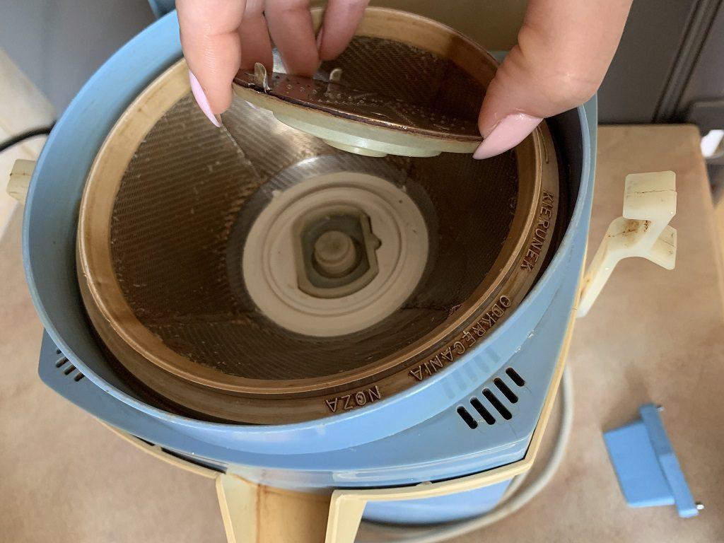 Zdejmowanie sita z sokowirówki