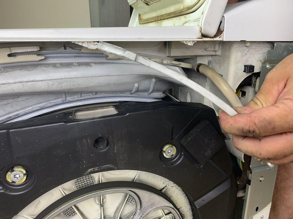 Jak zdemontować obejmę fartucha