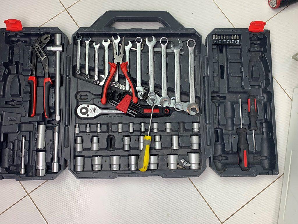 Komplet niezbędnych do wymiany narzędzi