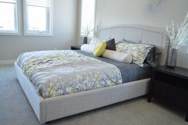 Sypialnia na lato, czyli czym się przykryć