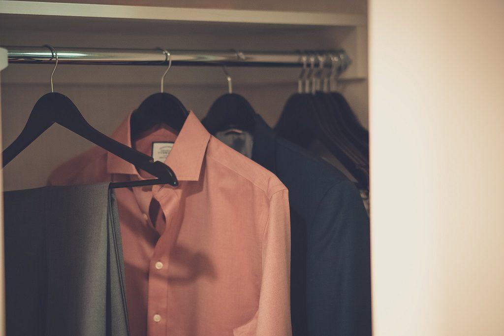 Przed pakowaniem garderoby sprawdź, których rzeczy możesz się pozbyć