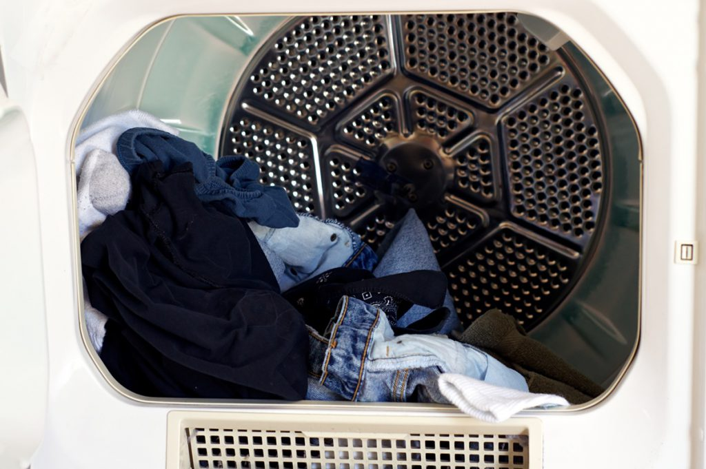 Czy suszarka prasuje ubrania
